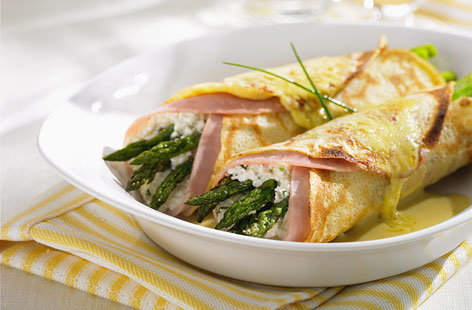 Rolled crepes with ham and asparagus