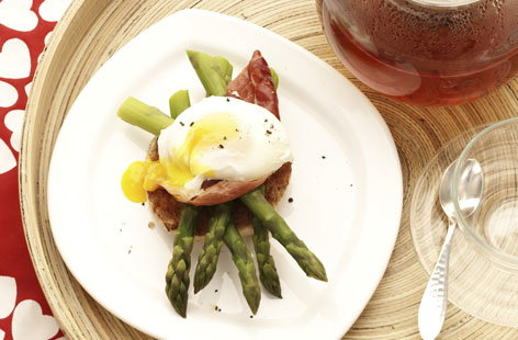 Soft-boiled egg, asparagus and raw ham on toasted muffin