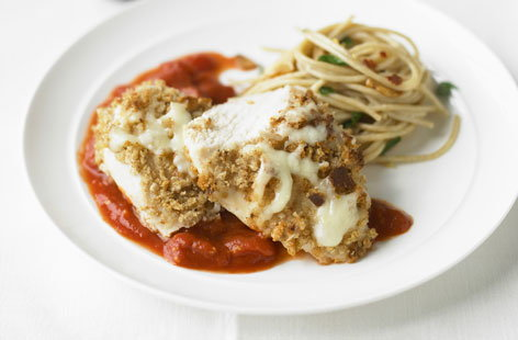 Crispy chicken with tomato puree and spaghetti