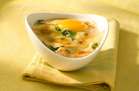 183249 baked egg with spinach and Raclette cheese THUMB