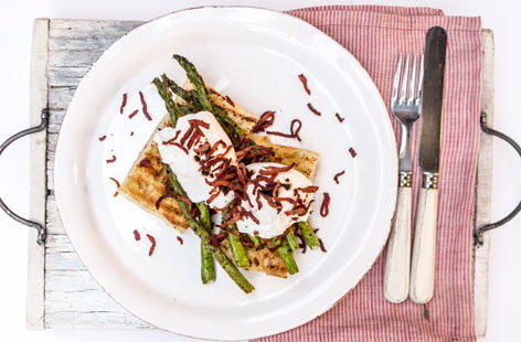 Smoked bacon with asparagus and poached egg on toast