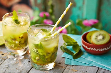 Kiwi and pineapple Caipiroska