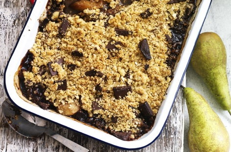 Spiced pear and chocolate crumble | Tesco Real Food