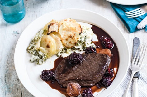 Venison steaks with sloe gin and blackberry sauce