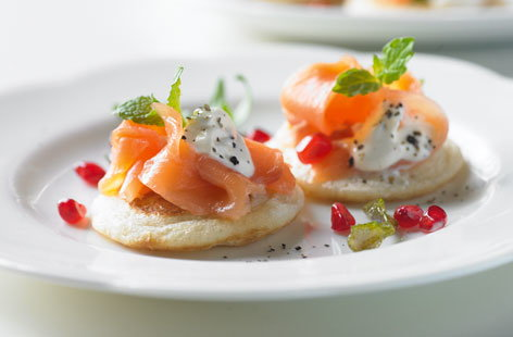Smoked salmon blinis with mint THUMB