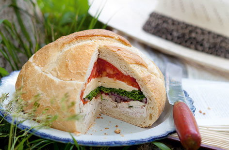 Stuffed loaf with shredded chicken, rocket and tomatoes