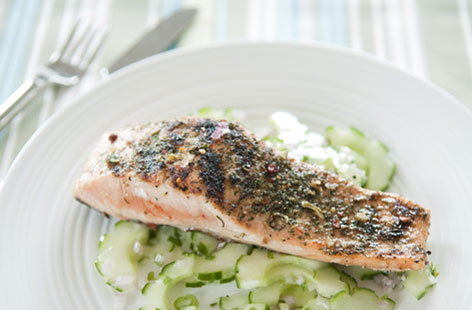 Barbecued salmon fillets with cucumber and mint salad