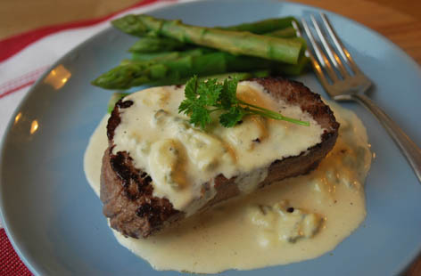 Cheesy peasy steak with Stilton sauce