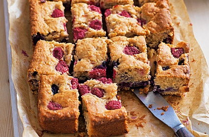 Apple, berry and yogurt traybake
