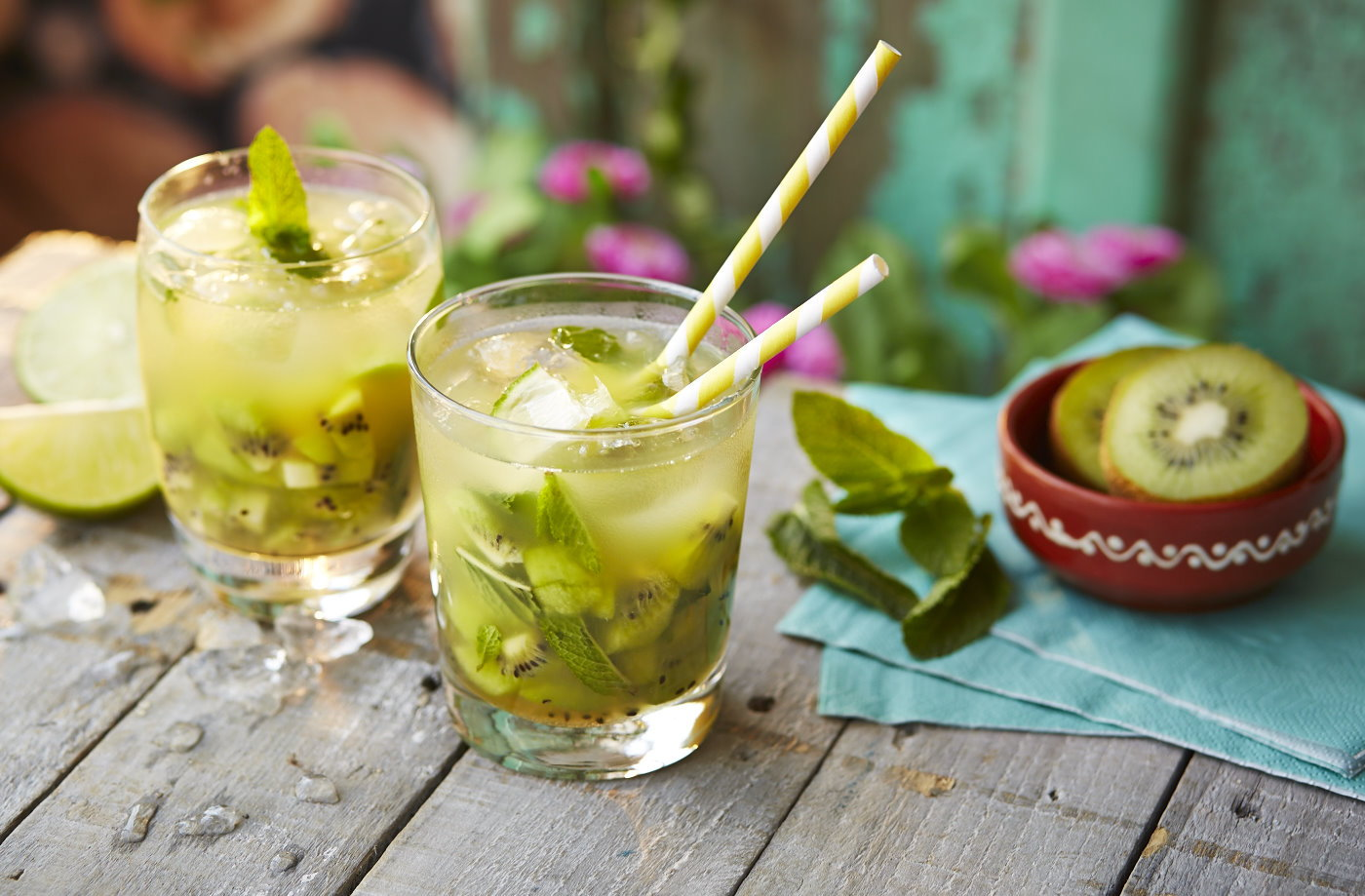 Kiwi and pineapple Caipiroska recipe