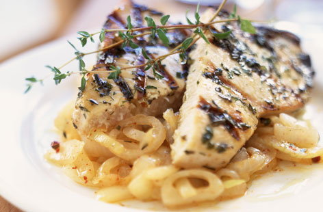 Grilled tuna with onions