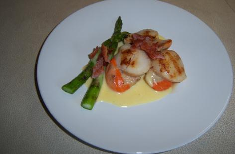 Scallops with Asparagus and Hollandaise Sauce topped with crispy bacon