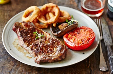 Sirloin steak with golden onion rings