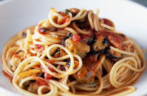 Spaghetti with mussels & tomato | Tesco Real Food