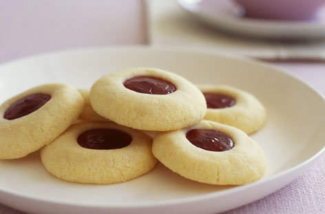 Shortbread cookies with strawberry jam filling
