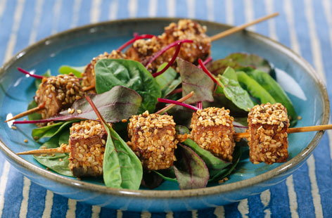 Tofu brochettes with sesame seeds