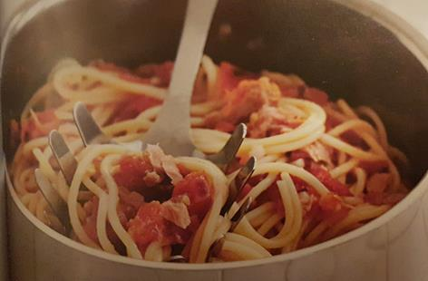 Spaghetti with tomato, chilli and tuna salsa