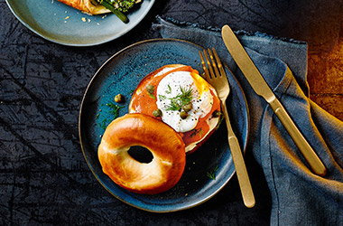 Cheesy smoked salmon bagels