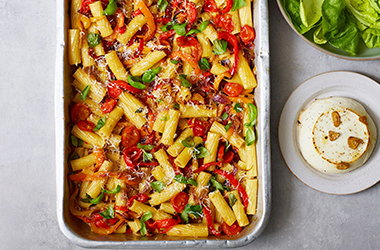 Pepper and tomato pasta traybake