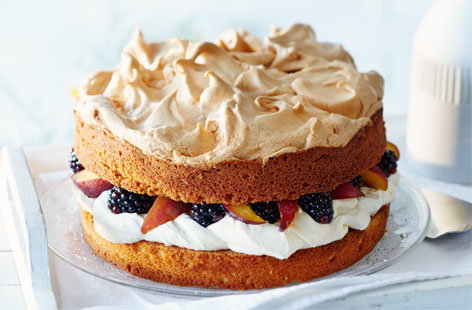 Peach and blackberry meringue crown cake
