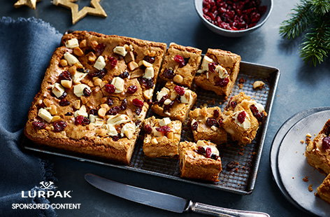 Indulge your sweet tooth this Christmas with this brown butter, cranberry and macadamia blondies recipe. The brown butter adds rich, caramelised, nutty flavour to the blondies, balanced by juicy cranberries and creamy white chocolate chunks.