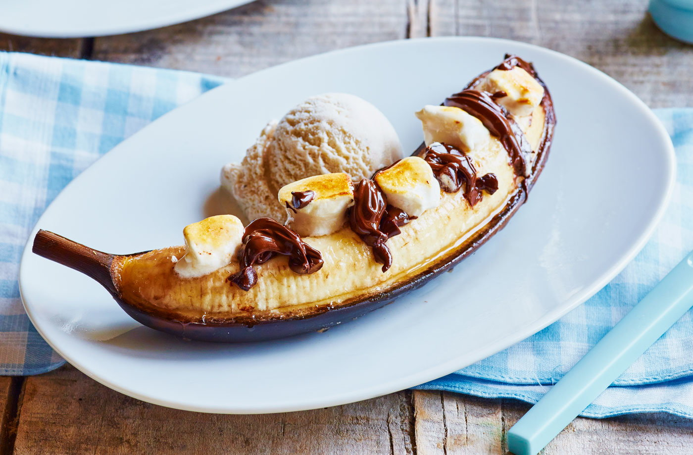 Bananas stuffed with chocolate and marshmallow recipe