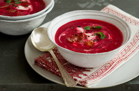 Beetroot soup with sour cream (h)