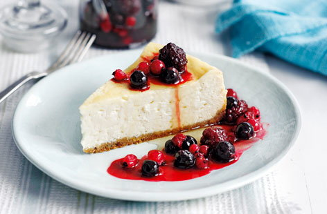 Maple cheesecake with berry compote