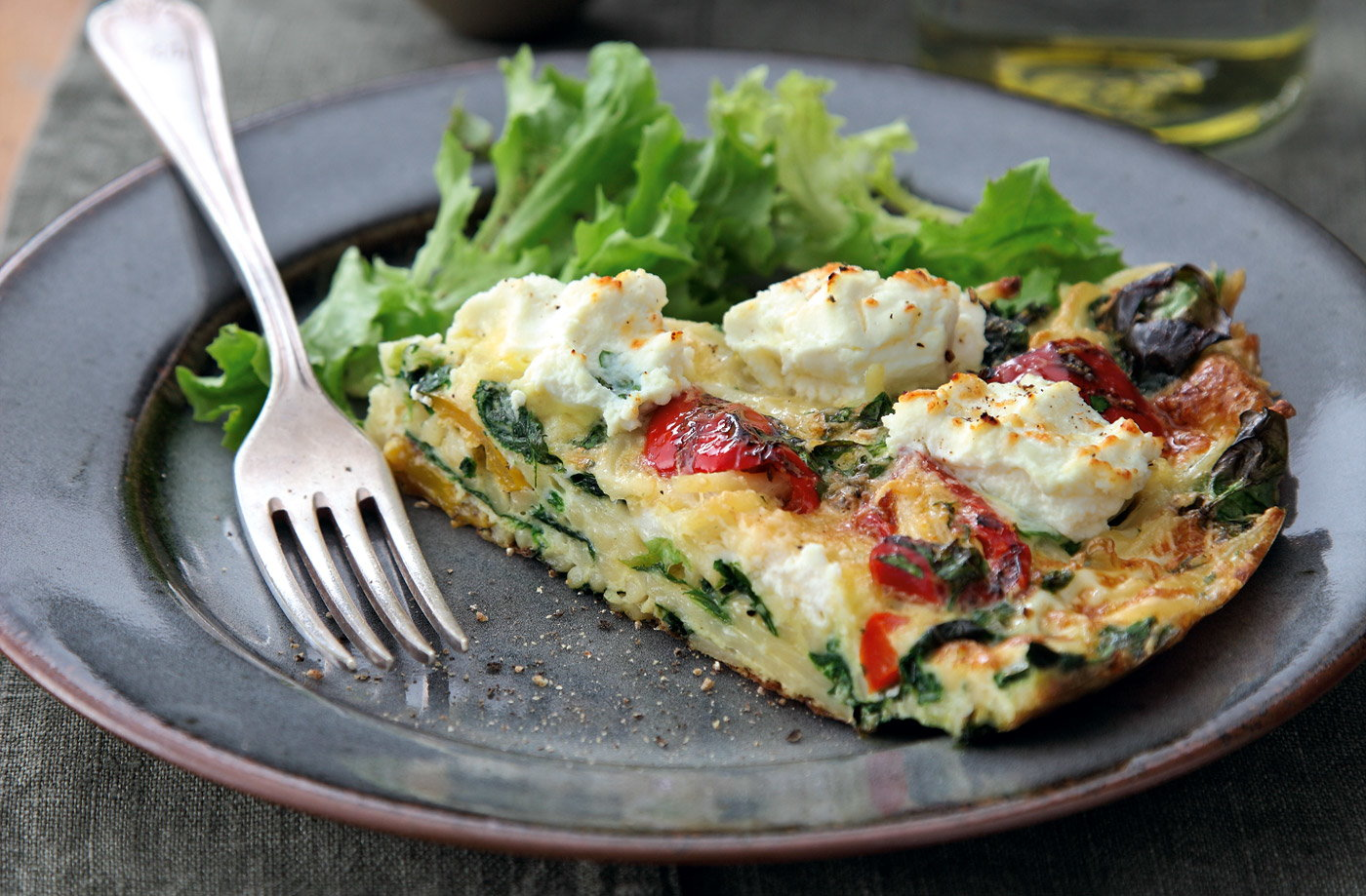Italian frittata with spinach, pasta and ricotta