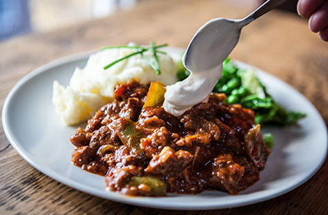 Goulash with crushed potatoes