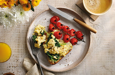 Green scrambled eggs with roasted tomatoes