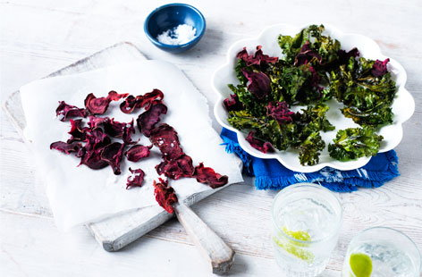 Kale and beetroot crisps (T)