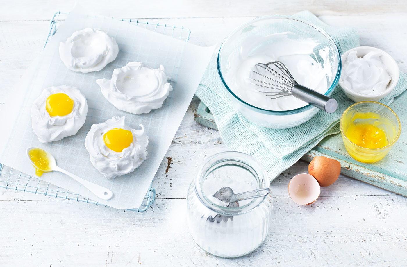 Meringue eggs