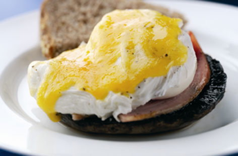 Mushrooms with poached eggs and ham THUMB