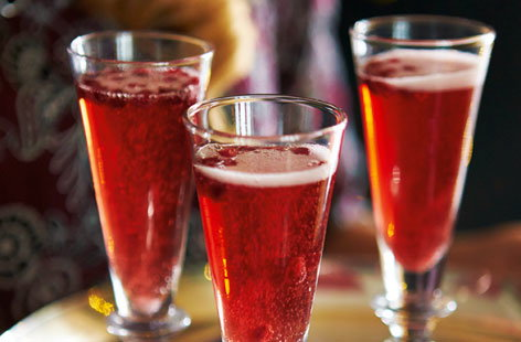 Add a touch of class to your aperitif with this pomegranate and sparkling rosé cocktail. Chill the wine and pomegranate juice, line up the champagne flutes and pour when you are ready to serve. The cocktails are garnished with a few pomegranate seeds to finish.