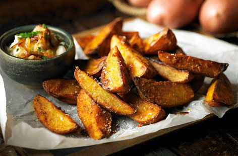 Spicy potato wedges with onion, chive and sour cream dip