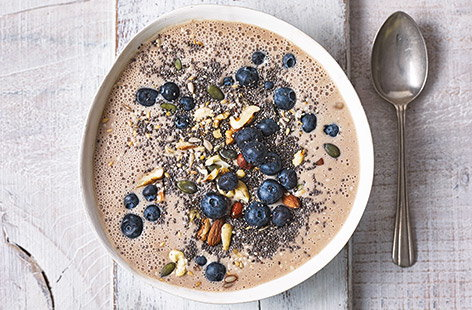 Spice up your morning with this gorgeous vegan smoothie bowl, made with chai tea-infused almond milk, frozen bananas and a delicate pinch of warming cinnamon.