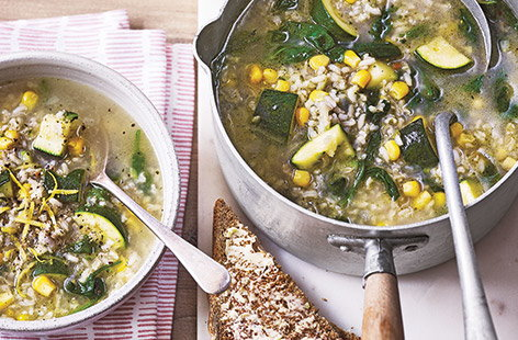 Brown rice and courgette soup