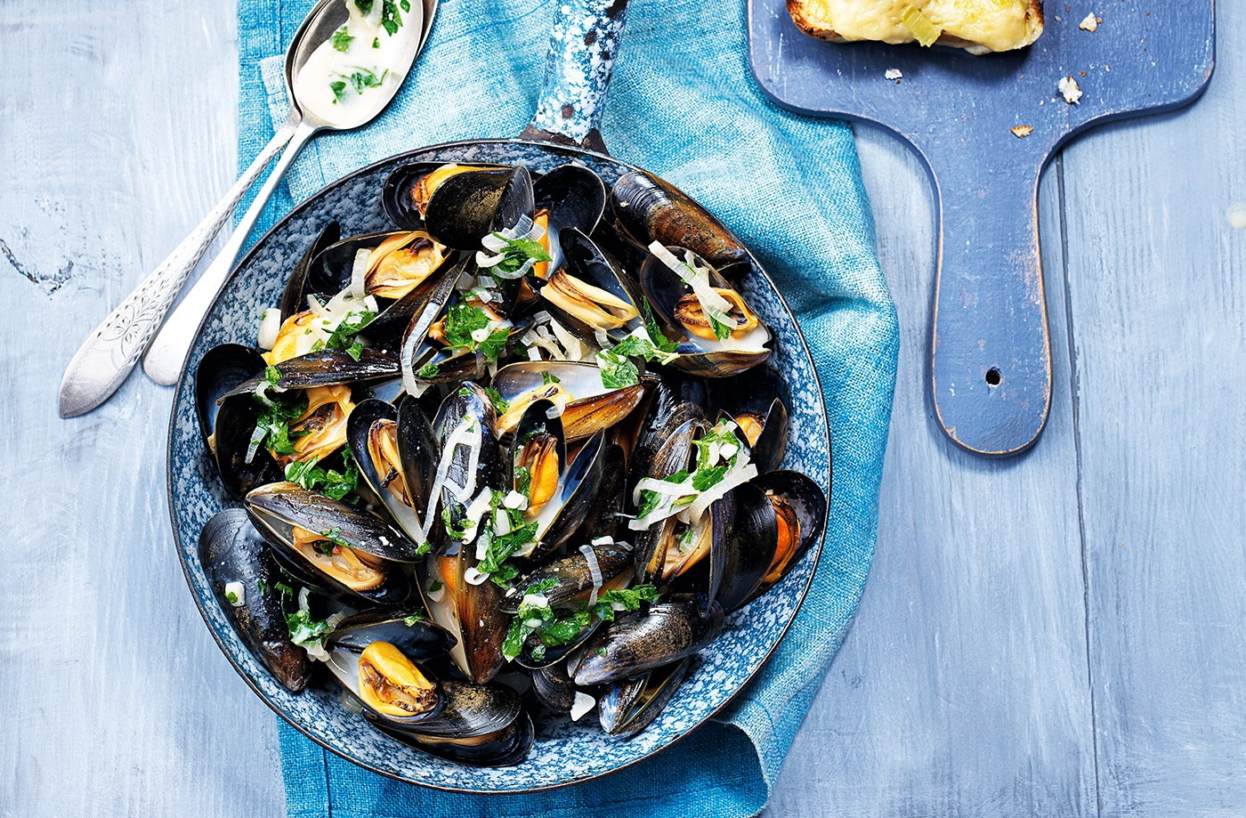 Mussels in beer broth with cheesy rarebits