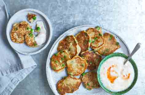 These mini pea pancakes are light, fluffy – and healthy! Served with a yogurt dip spiked with sweet chilli sauce they are a colourful hearty snack or light lunch