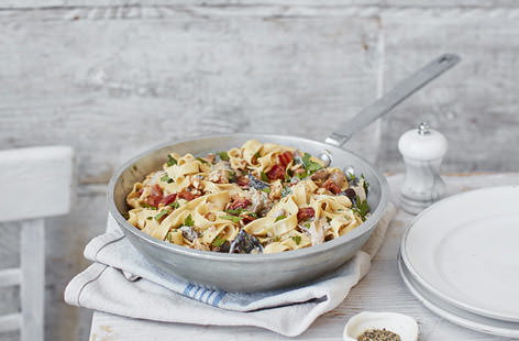 A wonderfully satisfying creamy dish packed with smoky bacon, mushrooms and a rich Gorgonzola cheesesauce, finished off with a sprinkling of toasted walnuts for added bite