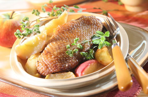 Roasted duck with apples (h)