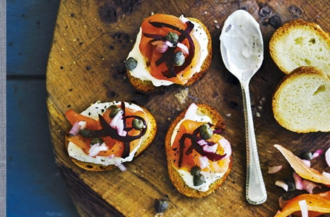 Smoked salmon tartare on toasts