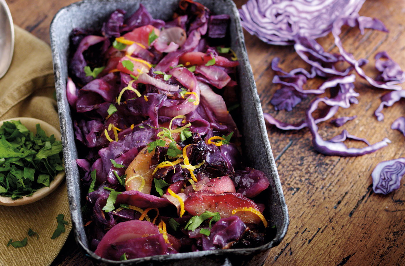 Sweet and sour red cabbage with apple