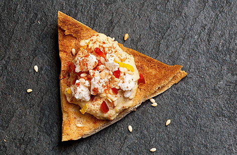 Crispy pitta triangles with houmous